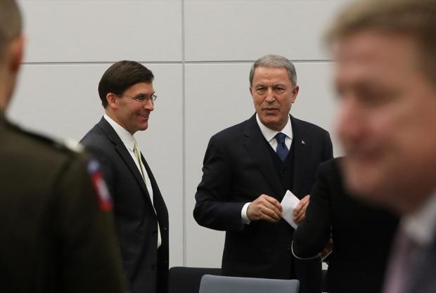 Milli Savunma Bakanı Hulusi Akar (sağda), NATO Savunma Bakanları Toplantısı'na katılmak üzere Brüksel'deki NATO Karargahı'na geldi. Akar, ABD Savunma Bakanı Mark Esper (solda) ile görüştü.