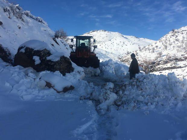 BATMAN'da yoğun kar yağışı nedeniyle kardan kapanan 178 köy yolunun ulaşıma açılması için çalışmalar sürüyor.