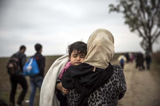 İdlib'de her gün binlerce Suriyeli, Türkiye sınırına göç etmeye zorlanıyor.