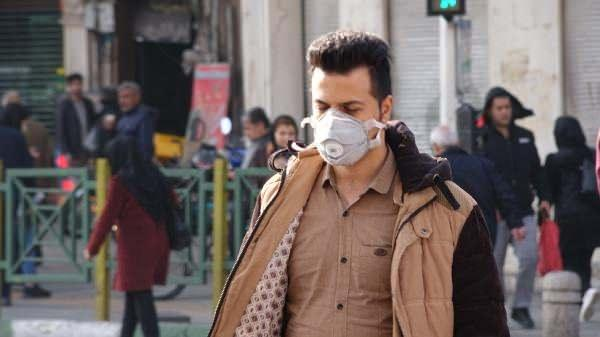 İran'da koronavirüs korkusuyla insanlar maskelerle dolaşmaya başladı