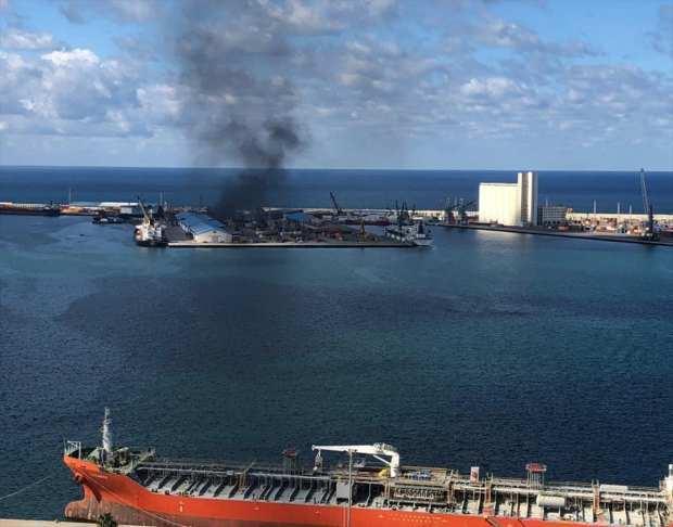 Libya'nın doğusundaki gayrimeşru silahlı güçlerin lideri Halife Hafter'e bağlı milisler Trablus Limanı'na roketli saldırı düzenliyor. Başkent Trablus'un kuzeyinde bulunan ve dünkü 17 Şubat Devrimi'nin 9'uncu yıl dönümü kutlamalarının yapıldığı Şehitler Meydanı'nın hemen bitişiğinde yer alan limana düzenlenen saldırı sonucu, bölgeden dumanlar yükseldi.