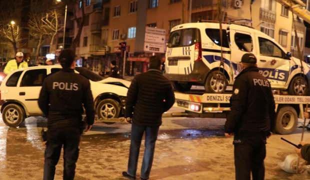Otomobil polis aracına çarptı: 2'si polis 3 yaralı