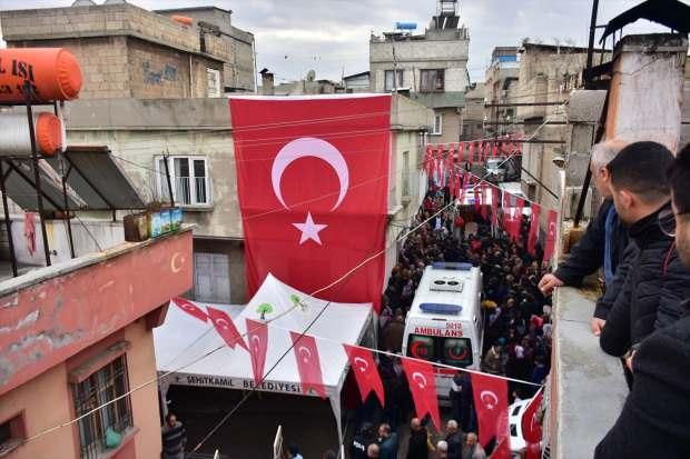 Son Dakika / Şehidin evinin bulunduğu sokak Türk bayraklarıyla donatıldı...