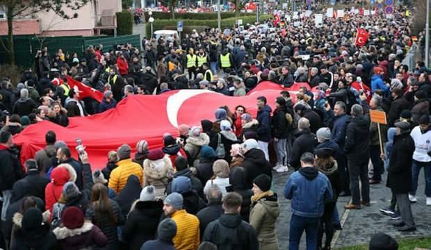 Almanya'da binlerce Türk ırkçı saldırıları protesto etti
