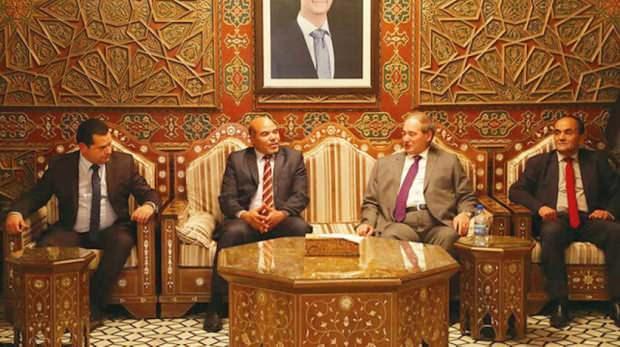 Hafter temsilcileri Şam'da Esad rejimi Dışişleri Bakanı Faysal Mikdat (sağdan ikinci) tarafından karşılandı.