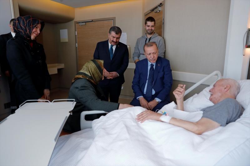 Türkiye Cumhurbaşkanı Recep Tayyip Erdoğan, eski Adalet Bakanı Şevket Kazan'ı tedavi gördüğü hastanede ziyaret etmişti
