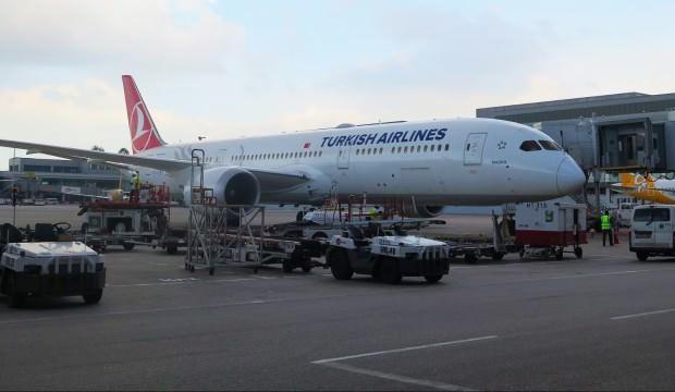Türkleri taşıyan uçak İstanbul'a geldi 1