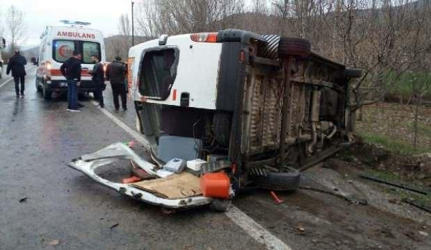 İşçi servis minibüsü devrildi: 13 yaralı