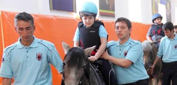 Atlı terapiyle yürümeye başladı