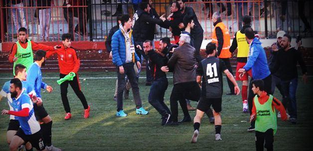 Barbarlığın böylesi! Futbolculara bıçaklı saldırı