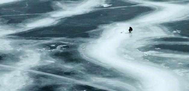 Buz tutan göl doğal buz arenası oldu