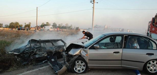 Ehliyetsiz sürücünün çarptığı araç küle döndü