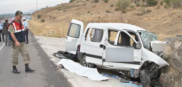Erzincan'da feci kaza: 2 ölü