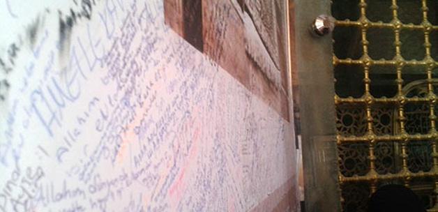 Eyüp Sultan türbesini yazı tahtasına çevirdiler