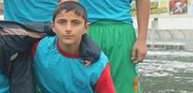 Genç futbolcu babasının kollarında öldü