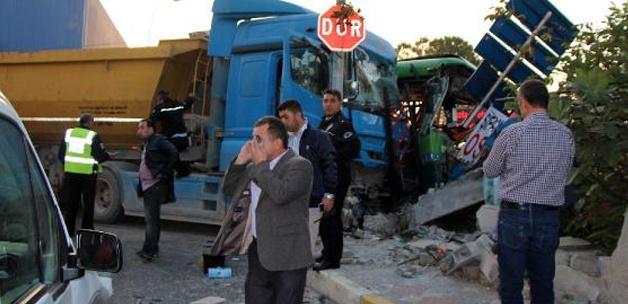 İETT otobüsü kaza yaptı: 1 ölü, 10 yaralı