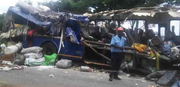 İki yolcu otobüsü çarpıştı: 24 ölü!