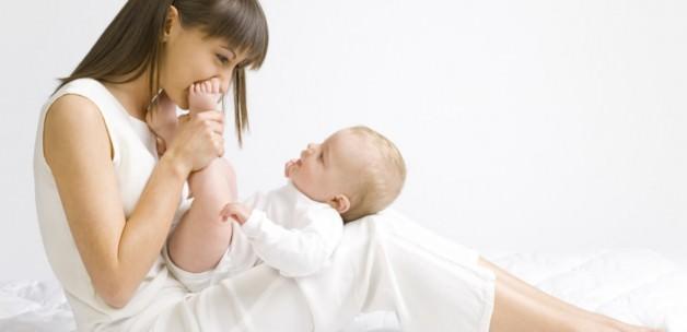 Yaşamın ilk yılında yeni doğmuş bir bebeğin gelişimi: Ebeveynlere öneriler