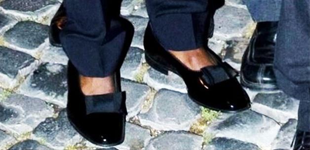 Ünlü futbolcu kadın ayakkabısı giydi!