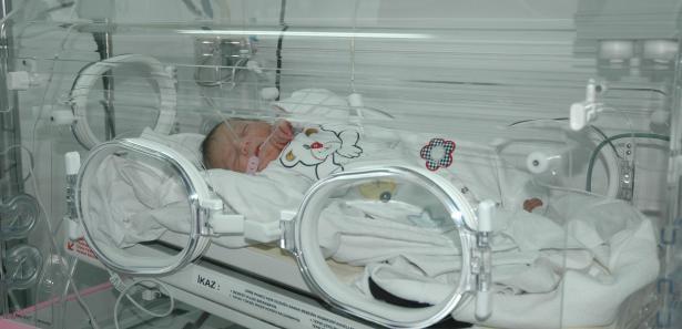 Yeni doğmuş bebeği cami bahçesine bıraktılar