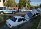 Kaza yapan iki otomobil sulama kanalına düştü