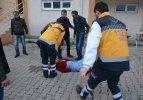 Annesinin çabasına rağmen balkondan düşerek yaralandı