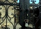 Hainler 850 yıllık caminin kapısına kilit vurdurdu