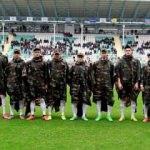 Saygı duruşuna askeri kıyafetlerle çıktılar!