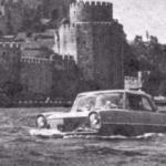 Yıl 1964! İstanbul Boğazı'nda yüzen bir otomobil