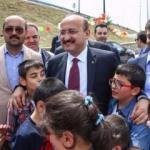 Akdoğan, çocuklarla uçurtma uçurdu