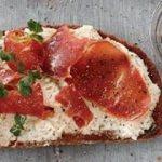 Pastırmalı kuru fasulyeli dilim ekmek tarifi