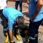 Kolu menfezin ızgarasına sıkışan çocuğu itfaiye kurtardı