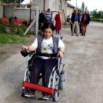 Engelli kişiye akülü araç desteği