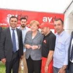 Elini Merkel'in omzuna atan Türk dönerci!