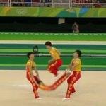 İp atlama gösterisinde ip yerine insan kullandılar