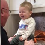 Dedesiyle kahkaha krizine giren ufaklık güldürdü