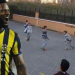 Fenerbahçeli Lens çocuklarla mahalle maçına çıktı!