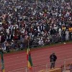 On binlerce Müslüman stadyumda namaz kıldı
