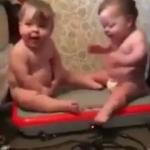 Masaj koltuğuna oturan ikizlerin hali güldürdü