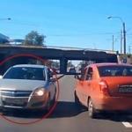 Ters yöne giren sürücü trafiği birbirine kattı!