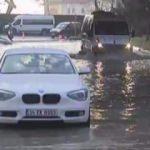 Su borusu patladı! Araçlar mahsur kaldı