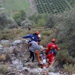 Zeytin toplarken kayalık zemine düşen kişiyi UMKE kurtardı