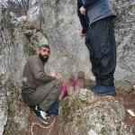 Kayalıkta sıkışan köpek üç gündür kurtarılmaya çalışılıyor