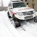 Hastaya ulaşmak için karda 2 kilometre yürüdüler