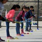 Liceli köy çocukları tenis oynuyor