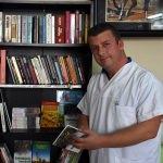 Kitap kurdu berber her yere kütüphane kuruyor