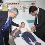Görme engelli öğrenci karnesini hastanede aldı