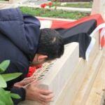 Ümit Özat İlhan Cavcav'ın mezarını öptü