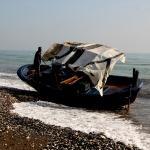 Mersin'de boş tekne karaya vurdu