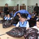 Şemdinli'de polis, öğrencilere bot ve mont dağıttı